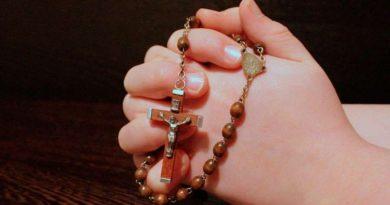 Cardenal explica beneficios de rezar el rosario en familia