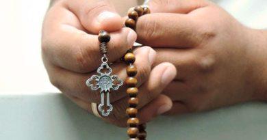 El Papa invita a rezar el Rosario en familia para animar la fe y la alegría